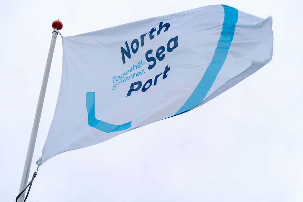 Vlag met logo van North Sea Port.