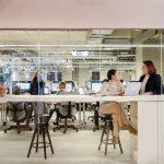 overleg op kantoor tussen twee vrouwen