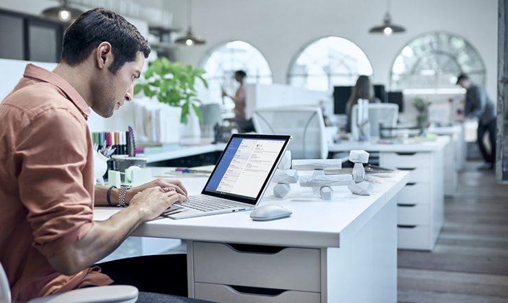 man met een computer