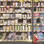 Koelkast gevuld met Yoghurt- en kaasproducten in een warenhuis