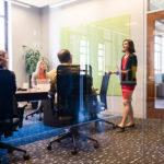 CEO donna che presiede una riunione di lavoro