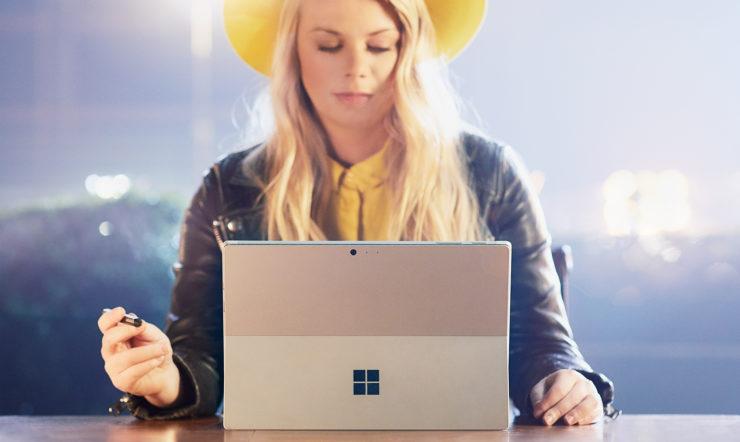 Sofie Lindblom die neerzit met een Surface-apparaat in de bestuurskamer