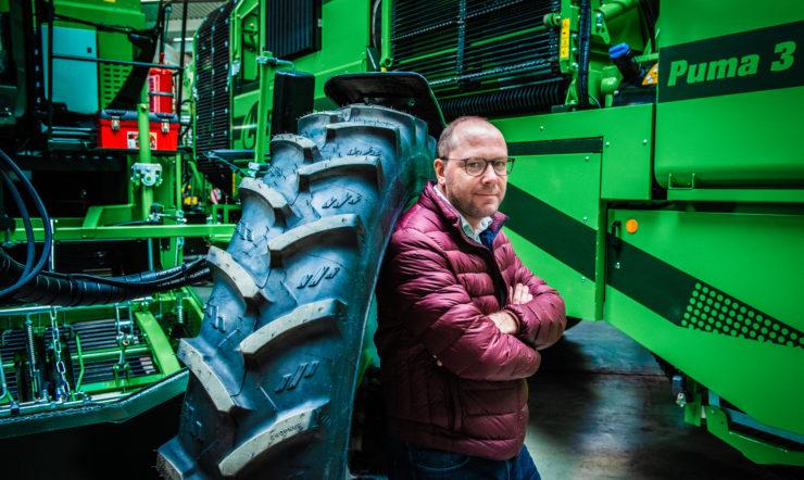 oen Uyttenhove, internet-of-things-manager (IoT) van het Roeselaarse familiebedrijf poseert voor zijn machines.