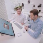Orthodontist Martin toont zijn patiënten met de #SurfaceStudio in 3D hoe hun gebit er zal uitzien na de behandeling.