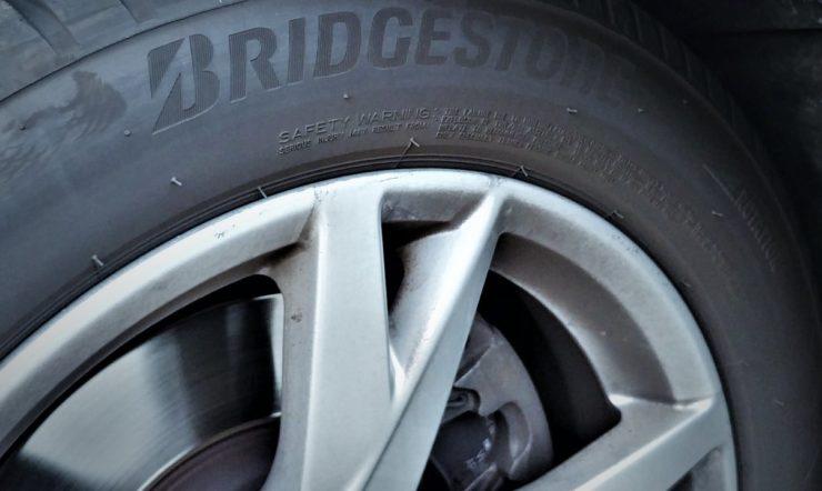 Een autoband van Bridgestone