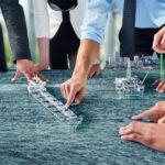 Eine Gruppe von Personen nutzen eine virtuelle Seekarte