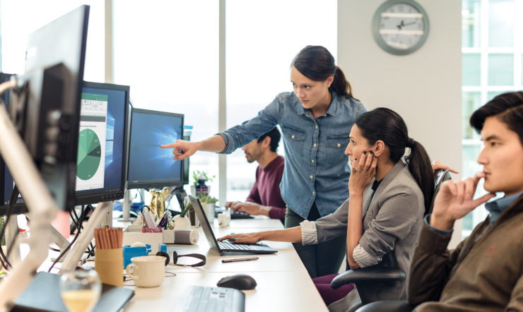 een groep mensen die naar een laptop kijkt