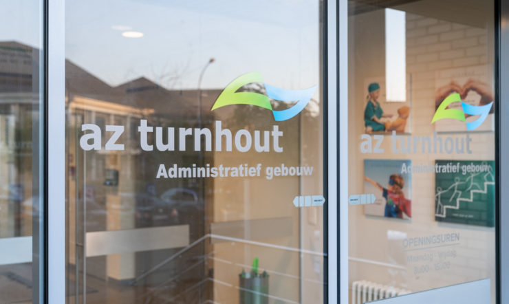Porte d'entrée vitrée du bâtiment administratif de l'AZ Turnhout