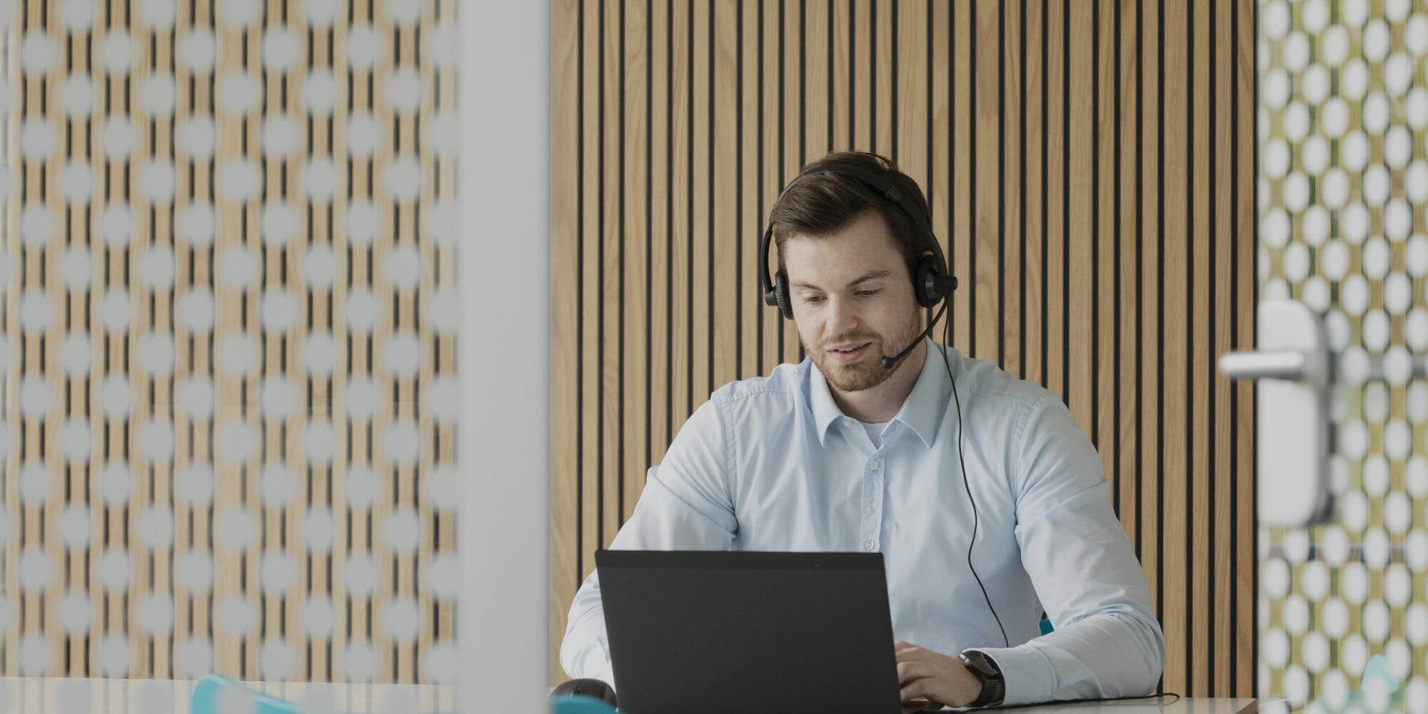 en person, der sidder foran en bærbar computer