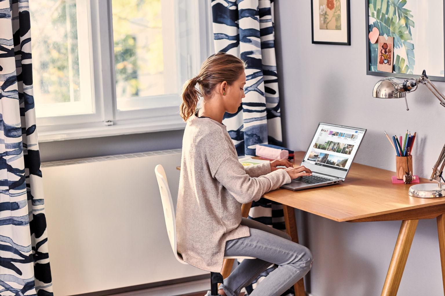 niña haciendo tareas en un ordenador con Windows 10