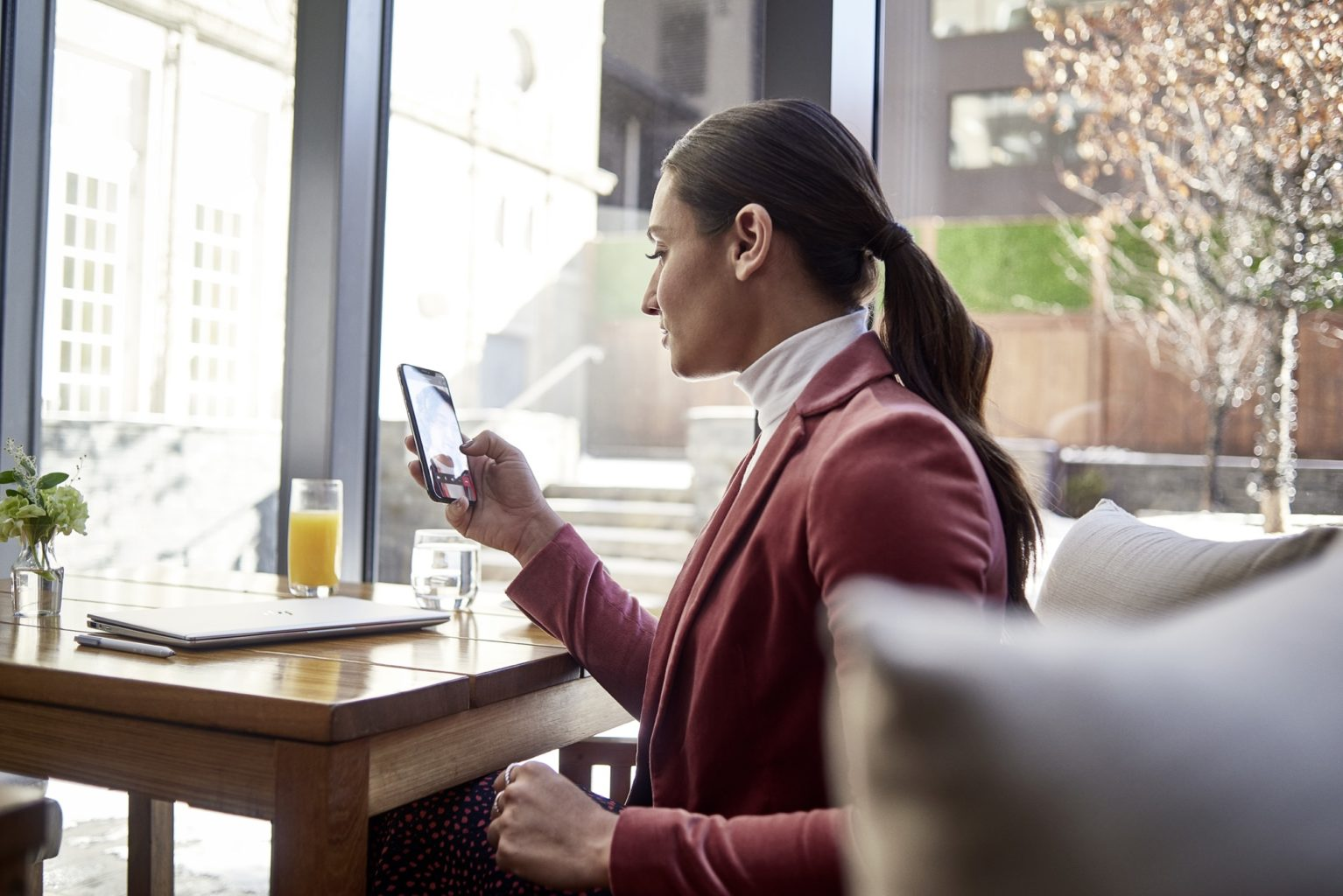 una persona seduta a un tavolo davanti a una finestra