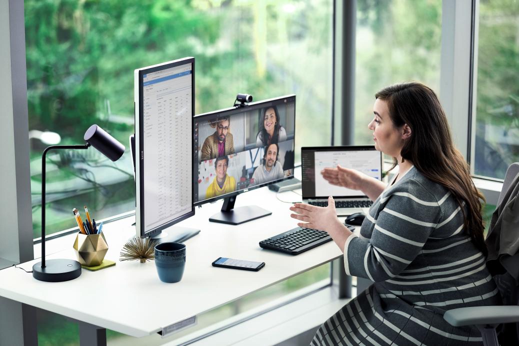 una mujer sentada en un escritorio utilizando Microsoft Teams