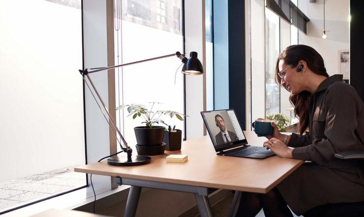 iemand zit aan een bureau met een laptop op tafel