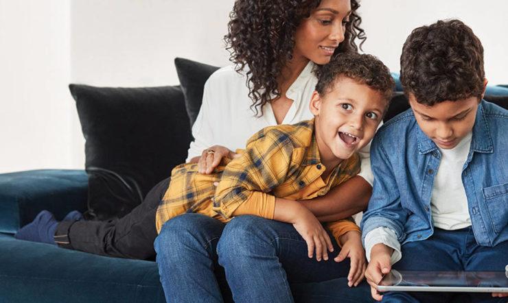 en gutt og en jente som sitter på en sofa
