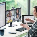 Oda Jaune assise à un bureau devant un ordinateur portable