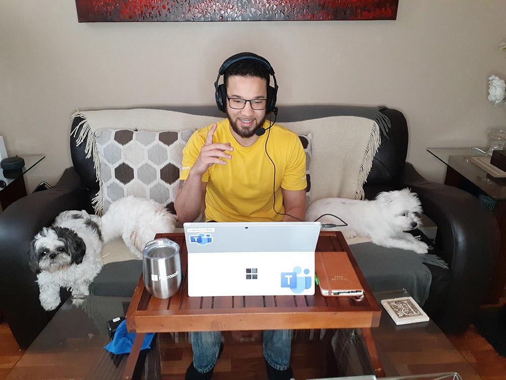 en mann som bruker en bærbar PC på et bord