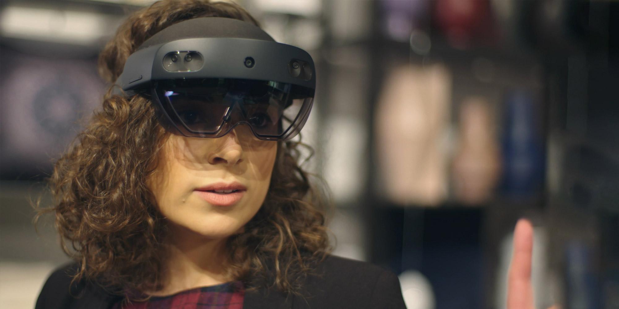 Una donna che indossa HoloLens