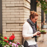 Eine Frau, die an einem Bürgersteig sitzt