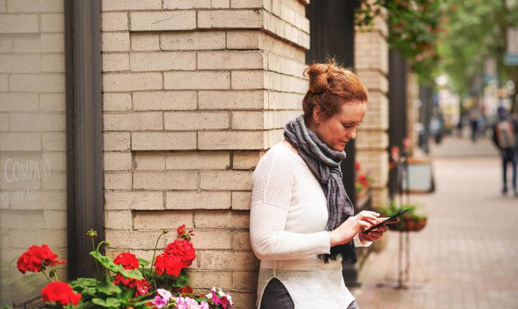 une femme assise sur un trottoir
