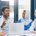 en gruppe medisinske fagfolk som ser på en datamaskin