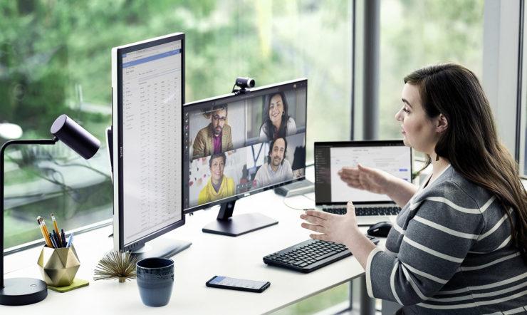 uma pessoa sentada à secretária à frente de um computador portátil