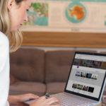 en kvinna som använder en bärbar dator