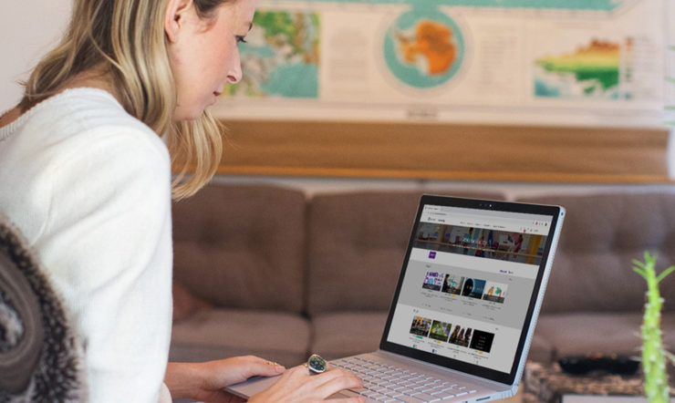 En kvinde, der bruger en laptop