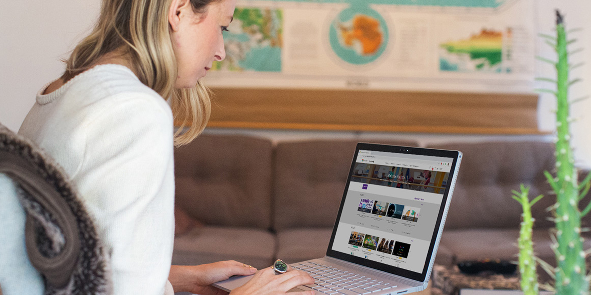 een vrouw gebruikt een laptop
