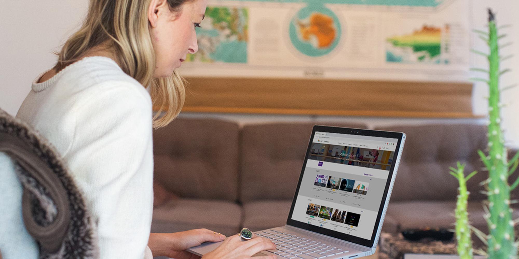 uma mulher a utilizar um portátil