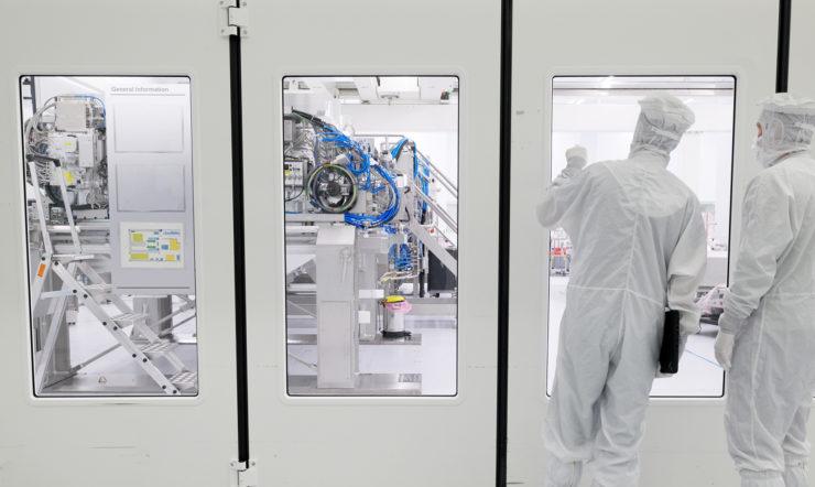 Twee technici bereiden zich voor op onderhoud in een cleanroom