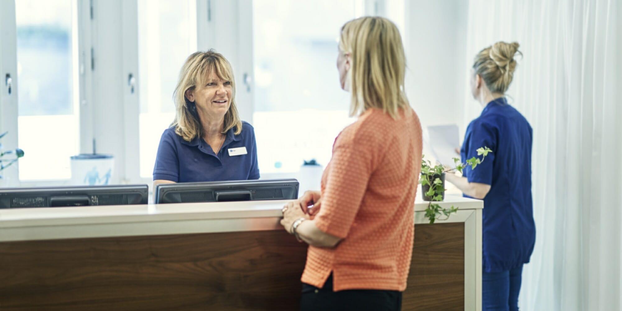 En kvinna inom vården som pratar med en annan kvinna