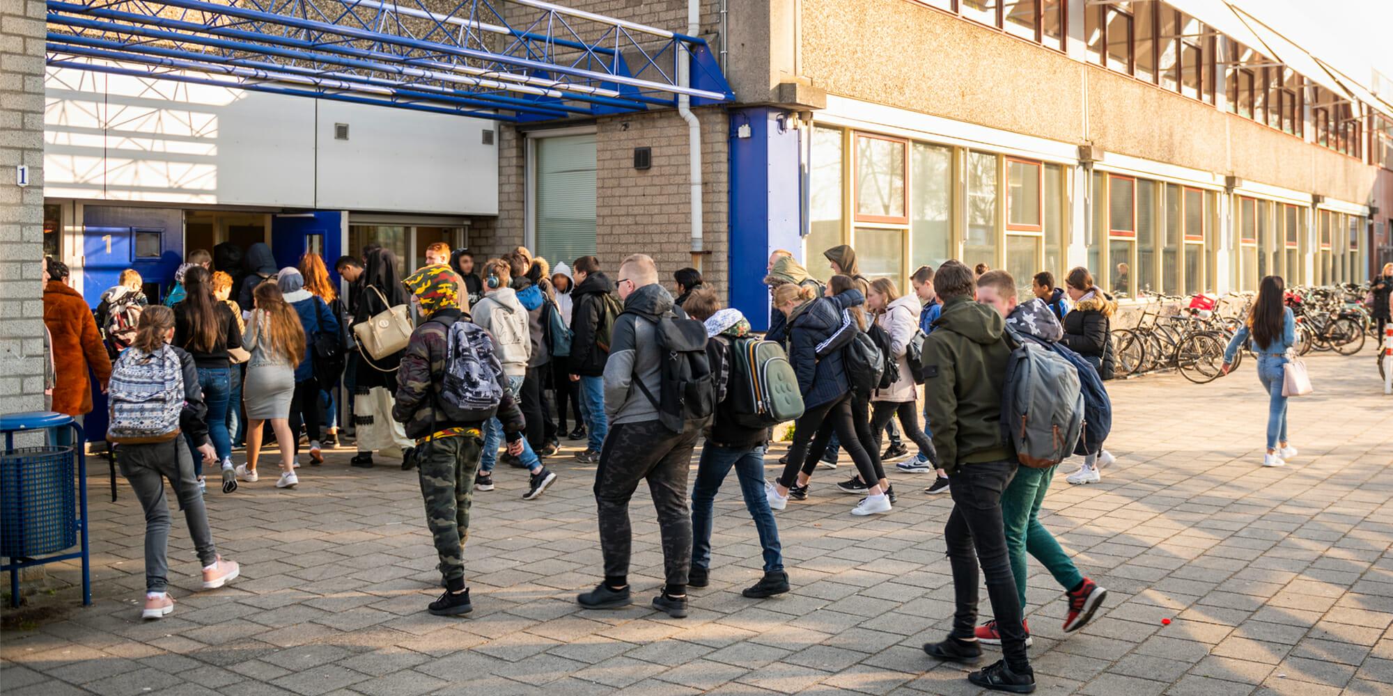 Een groep studenten voor een school