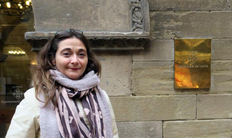 Una mujer de pie frente al edificio del Ajuntament de Lleida