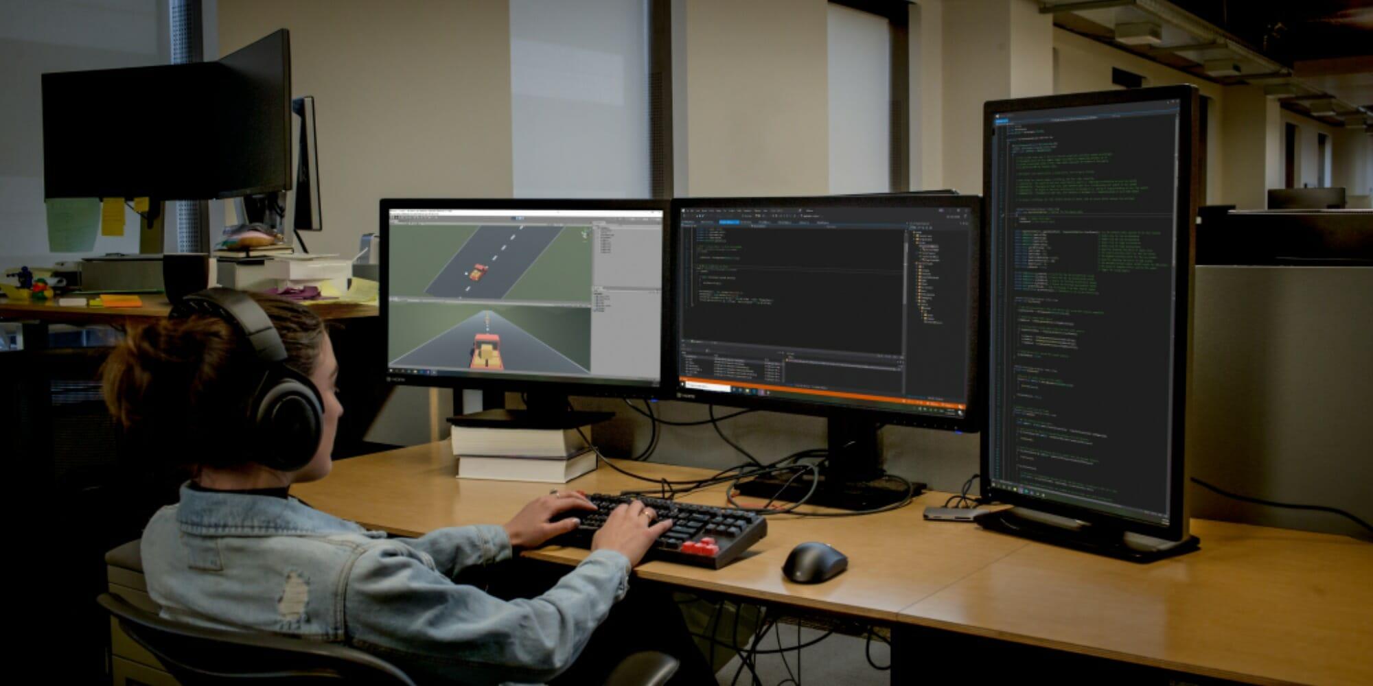 Ein Desktopcomputer auf einem Schreibtisch