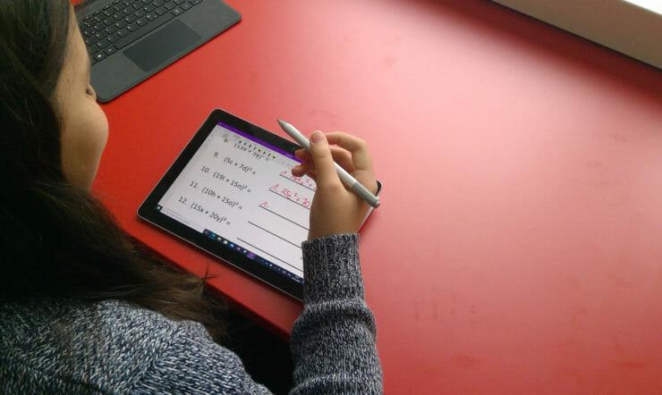 Une fille en train d'étudier