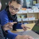 2 Mädchen spielen Minecraft auf einem Laptop